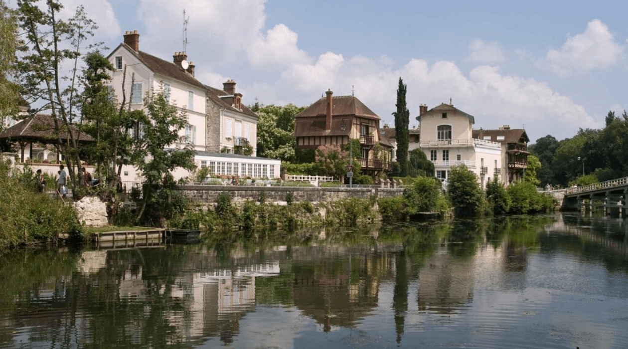 "View of the river ""Seine"" and of the village ""Samois-sur-Seine"". France."
