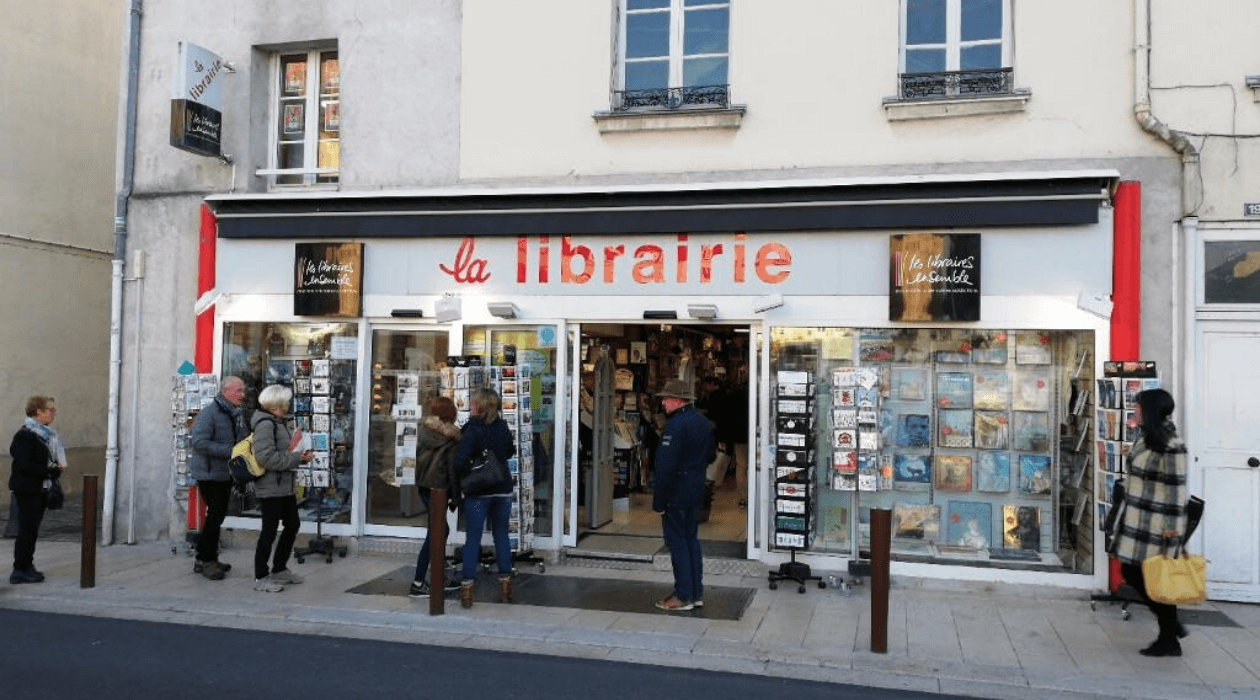 "Storefront of ""La Librairie"" in Fontainebleau."