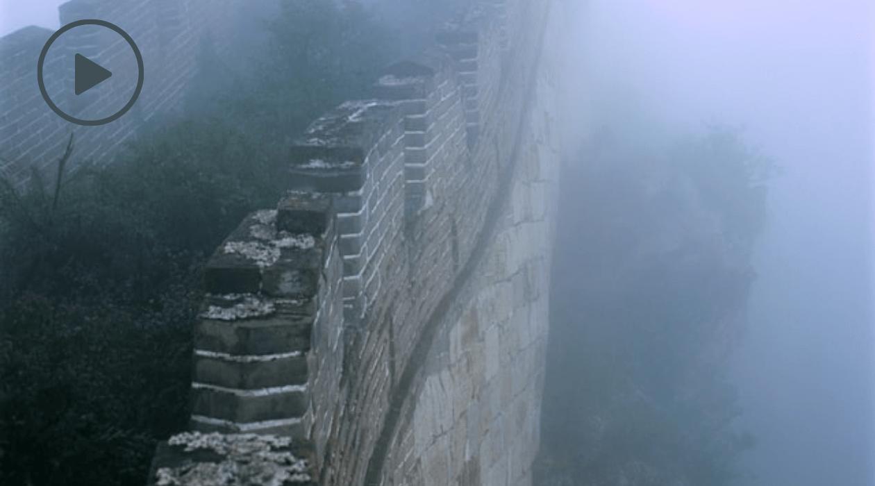 Tout comme les obstacles cachés à votre bonheur, un haut mur de pierre s'érige dans le brouillard.