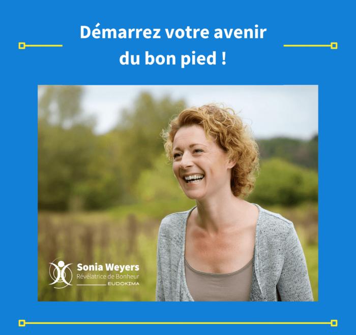 Démarrez votre avenir du bon pied ! Femme souriante dans la nature. Fond bleu, cadre jaune, texte blanc.